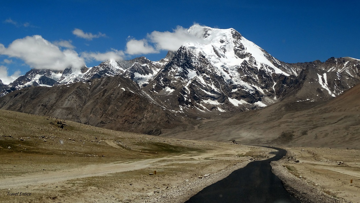 Towards Gurudongmar: mountain view from the jeep