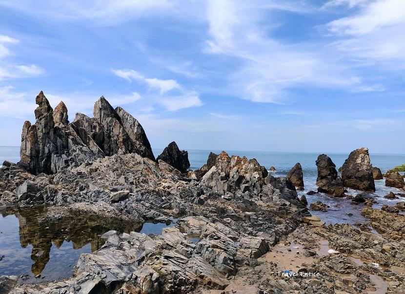 Magnificent Kalacha Beach in Goa - The Rock sculpture on the sea