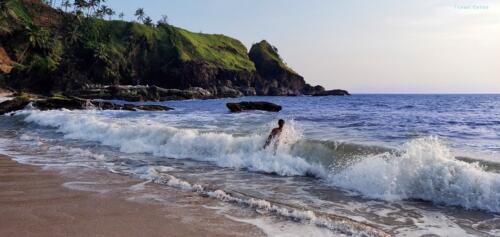 Unexplored Kakolem Beach in Goa: Bath time